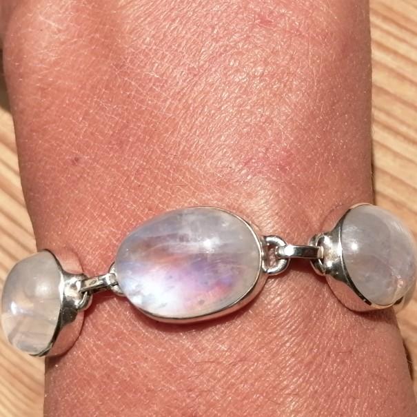 Bracelet en argent avec 7 pierres de lune irisées facettées belle qualité