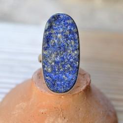 longue bague sur le doigt pierre brute en lapis lazuli