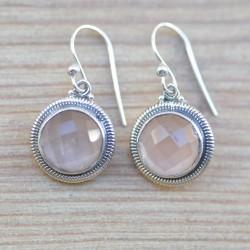Petites boucles oreilles rondes argent ciselé pierre quartz rose facettes