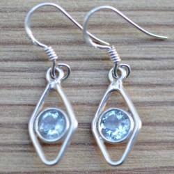 Petites boucles d'oreilles en pierre Topaze bleue sur une monture fine en argent