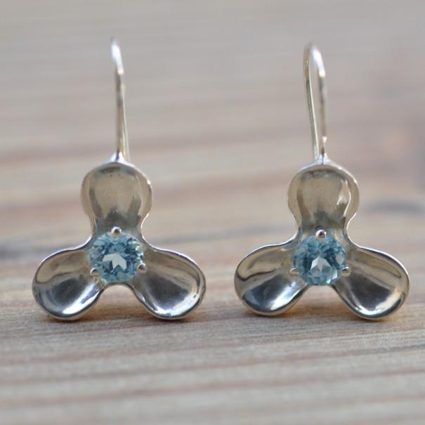 Boucles d'oreilles en argent et en topaze bleue
