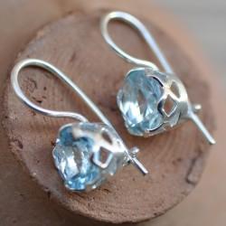 Petites boucles d'oreilles dormeuses en argent travaillé et pierre Topaze bleue