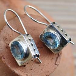 Petites boucles d'oreilles cube argent gravé pierre Topaze bleue facettée