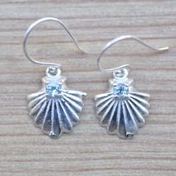 Petites boucles argent coquillage avec une pierre en Topaze bleue facettée