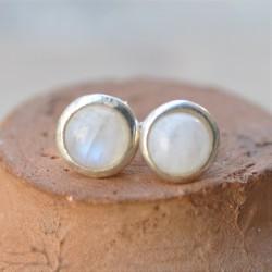Petites boucles d'oreilles à clous en argent et en Pierre de lune ronde