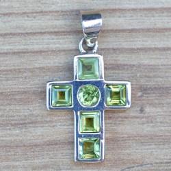 Petit pendentif croix en argent et 6 pierres en Péridot facettées