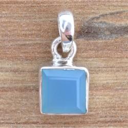 Petit pendentif carré en pierre Calcédoine bleue facettée sertie d'argent